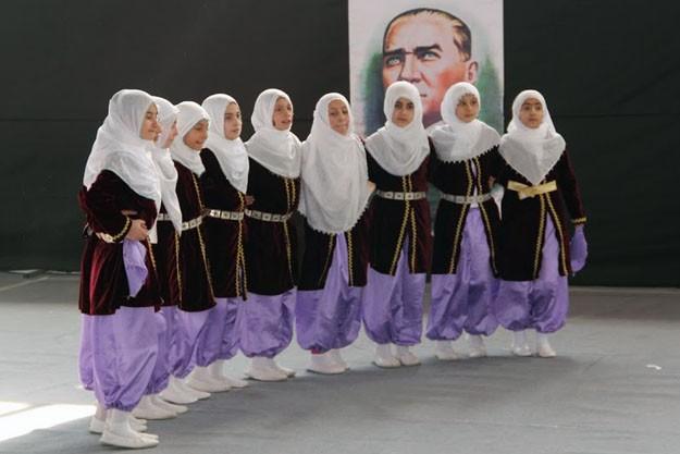 Bayburt'ta halk oyunları coşkusu