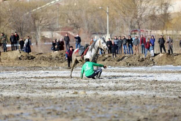 Cirit müsabakasına çamur engeli