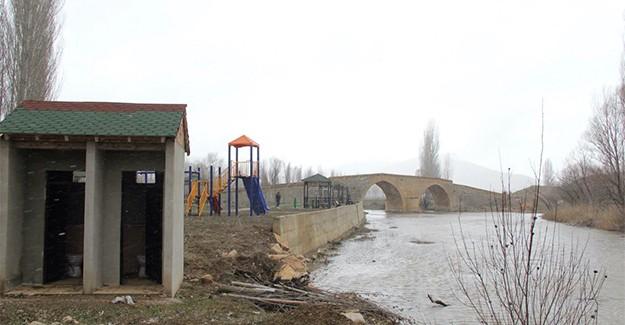 Tarihi Korgan Köprüsü'ne tüy diktiler!