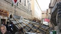 Şiddetli rüzgar, bir çok yerde çatı uçurdu!