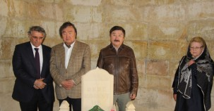 Kazak heyet Dede Korkut'un huzurunda