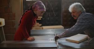 Eşi ve kızıyla kovan üretiyor