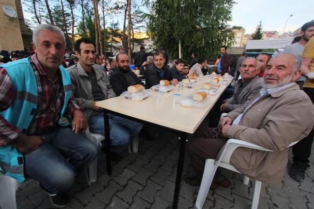 Bayburt'ta huzur dolu sokak iftarı