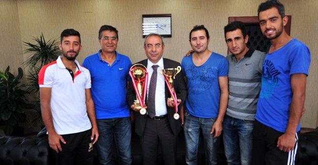Rektör Battal, şampiyon tenisçileri kabul etti
