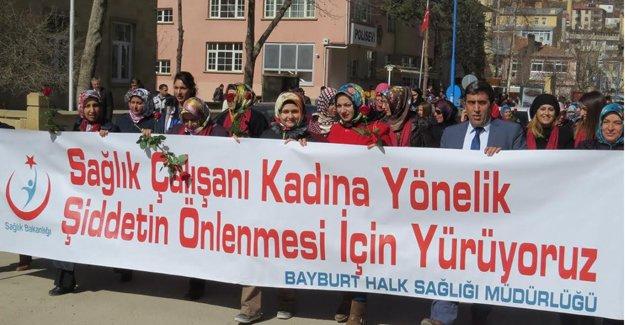 Sağlıkçılar kadına şiddet için yürüdü