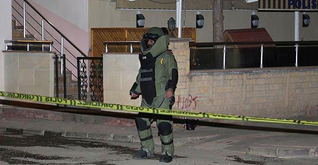 Polisevi önünde şüpheli paket