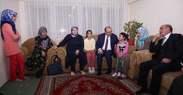Vali Ustaoğlu, Afganlı aileyi ziyaret etti