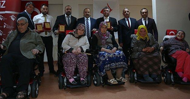 Engelli vatandaşlara akülü araba hediye edildi