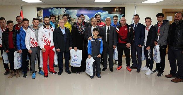 Vali İsmail Ustaoğlu, şampiyonları ağırladı