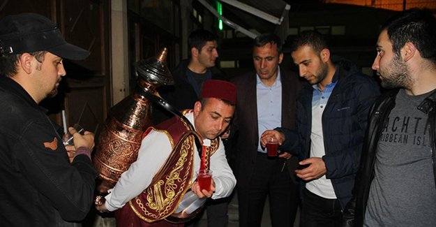 Bayburt sokaklarında Osmanlı Şerbeti ikramı