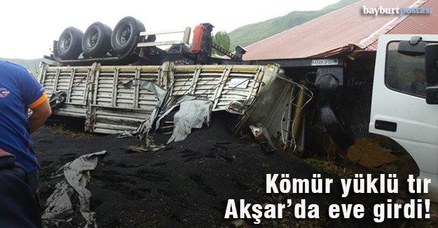Kontrolden çıkan tır Akşar'da eve girdi!