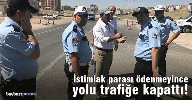 """""""Tapulu arazim"""" deyip yolu trafiğe kapattı!"""