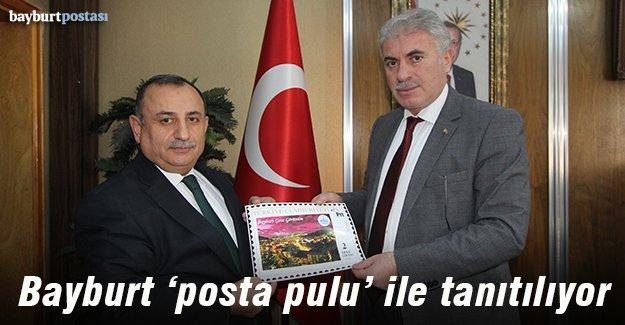 Bayburt Belediyesi'nin Posta Pulları Başkan Memiş'e takdim edildi