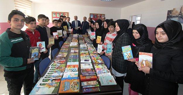 Belediyeden bir okula daha kütüphane