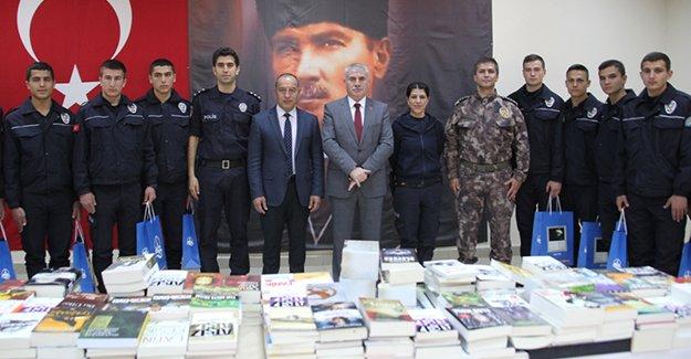 Bayburt Belediyesi'nden Polis Meslek Eğitim Merkezi'ne kitap desteği