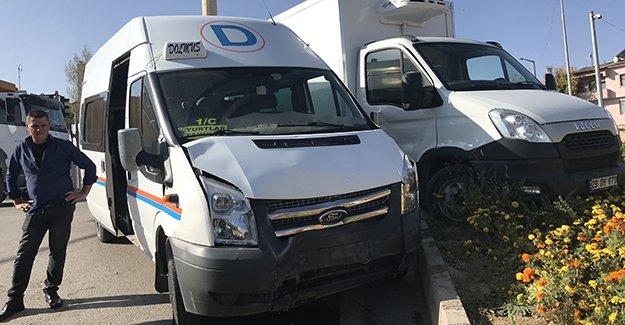 Dolmuş ile kamyonet çarpıştı: 3 yaralı