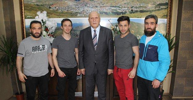Başkan Pekmezci başarılı sporcuları ödüllendirildi