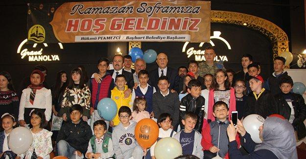 """Bayburt Belediyesi'nden """"Dünya Yetimler Günü"""" iftarı"""