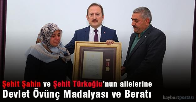 Şehit Şahin ve Şehit Türkoğlu'nun ailelerine Devlet Övünç Madalyası ve Beratı