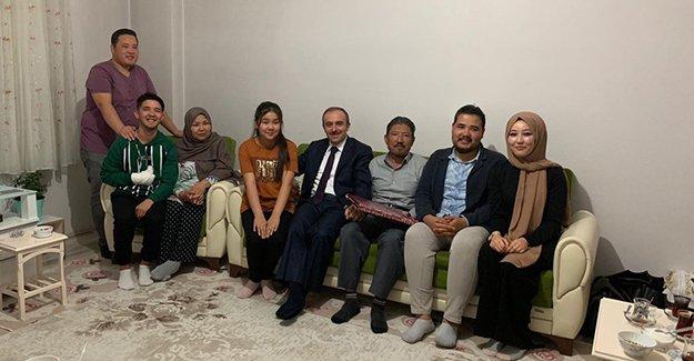 Vali Cüneyt Epcim Afganistanlı aileyi ziyaret etti
