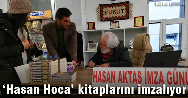 Doç. Dr. Hasan Aktaş, kitaplarını imzalıyor