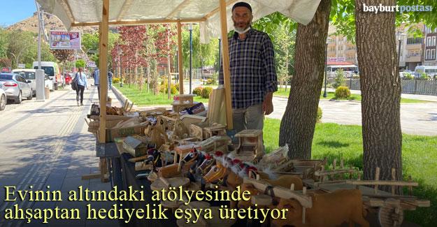 Mustafa Ozulu, ahşaptan hediyelik eşyalar üreterek, satışa sunuyor