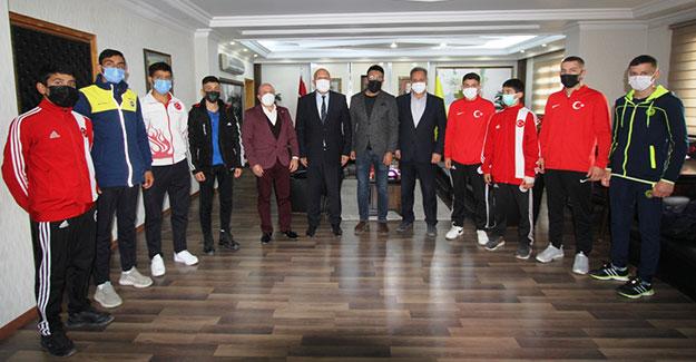 Milli Boksörlerden Başkan Pekmezci'ye Ziyaret