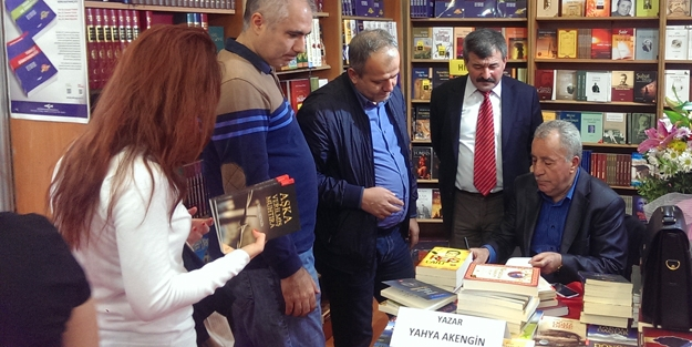 Akengin, 11 kitabını yeniden imzaladı