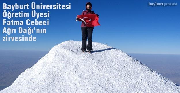 Bayburt Üniversitesi Öğretim Üyesi Fatma Cebeci Ağrı Dağı'nın zirvesinde