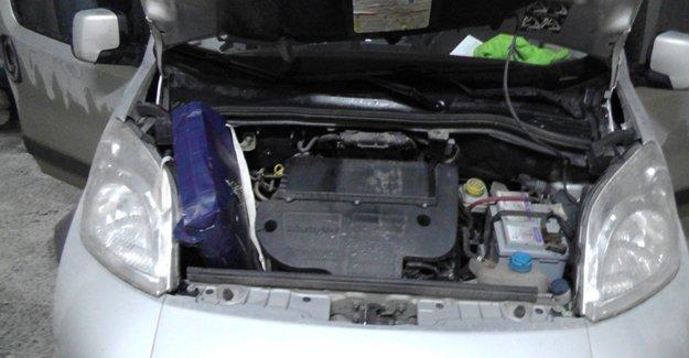 Aracın motor kısmında esrar çıktı