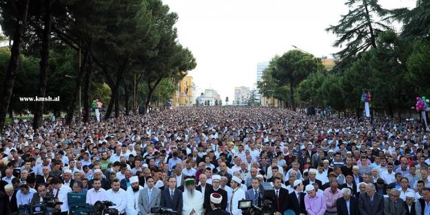 Arnavutluk'ta binlerce kişi bayram namazı kıldı