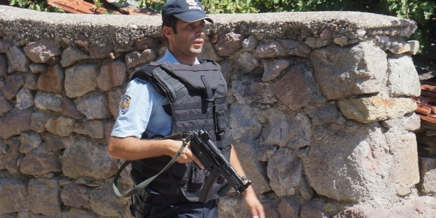 Bonzai satıcıları, polise saldırdı