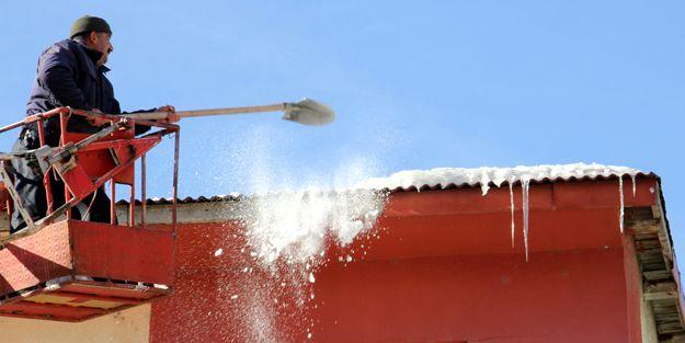 Buz sarkıtları temizleniyor