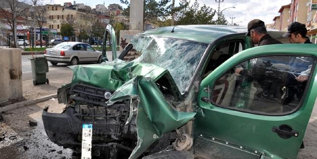 Lastiği patlayan araç kaza yaptı