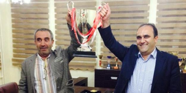 Özbek, şampiyonluk kupasını kaldırdı
