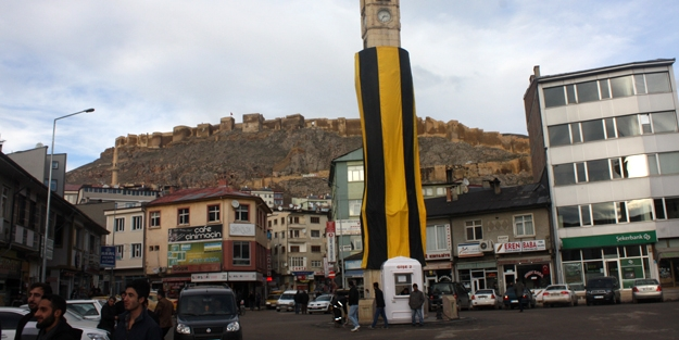 Saat Kule Meydanı sarı-siyah
