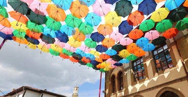 Tarihi sokak şemsiyelerle süslendi