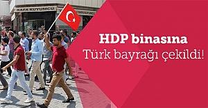 HDP il binasına Türk Bayrağı çekildi