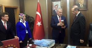 Erdoğan'a 'Bayburt Balı' hediye etti
