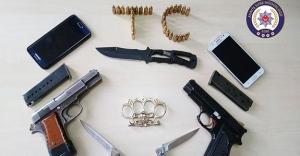 Otomobilden silah, bıçak ve muşta çıktı!