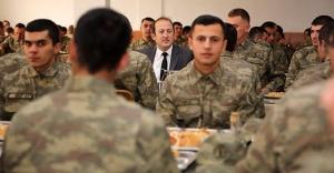 Vali Pehlivan, Mehmetçiklerle karavana...