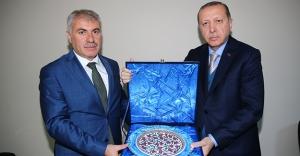 Erdoğan'dan Başkan Memiş'e plaket