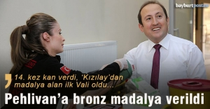 Kızılay'dan Vali Pehlivan'a madalya