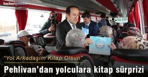 Vali Pehlivan, yolculara kitap hediye etti