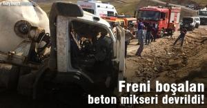 Günbuldu'da freni boşalan beton mikseri devrildi