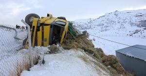 Bayburt'ta kamyon uçuruma devrildi: 1 yaralı