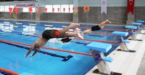 Genç yüzücüler kıyasıya yarıştı