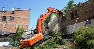 Bayburt'ta harabe binalar yıkılıyor