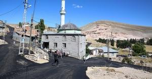 Manas'ta köy içi asfalt çalışması