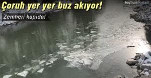 Çoruh Nehri, yer yer buz akıyor!